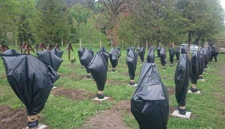 Cele 52 de cruci ale eroilor români și monumentul din Cimitirul Valea Uzului au fost acoperite cu saci negri de plastic
