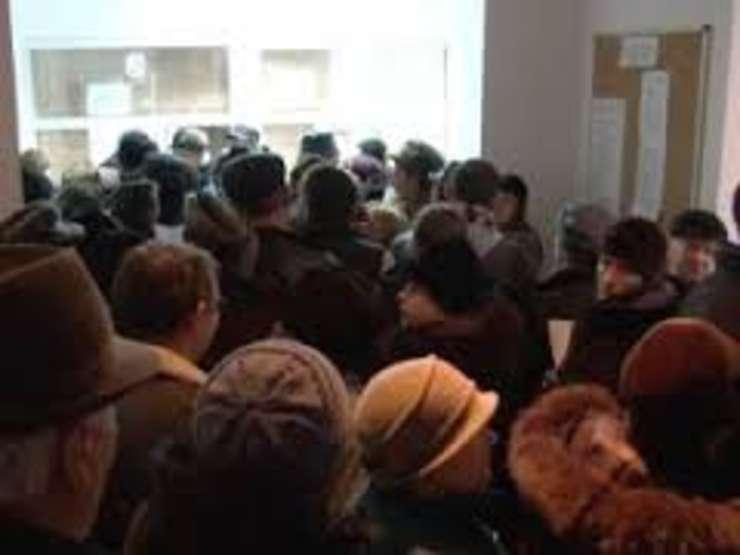 Cozi de sute de persoane la casele de sanatate din intreaga tara