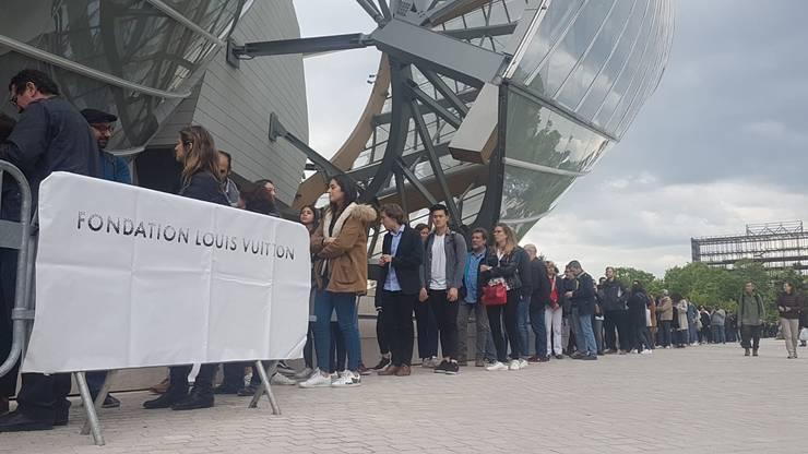 Coada la intrarea în muzeul Fundatiei Louis Vuitton din Paris, mai 2019.