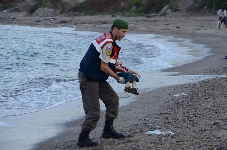 Polițist turc cu copil mort în brațe