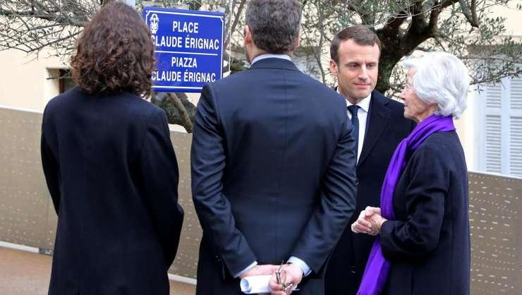 Emmanuel Macron, presedintele Frantei, în compania familiei prefectului Claude Erignac, asasinat pe 6 februarie 1998 la Ajaccio, în Corsica (6 februarie 2018).