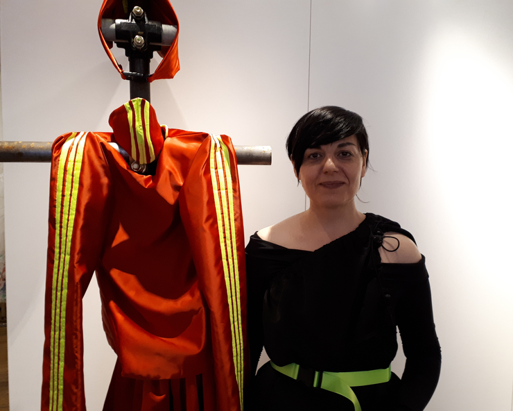Artista Carmen Emanuela Popa lângà unul din costumele pe care le expune la Paris