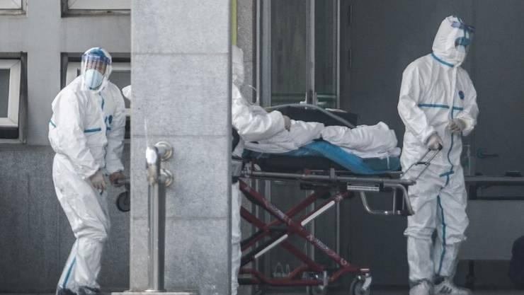 Personal medical al unui spital din Wuhan aduce un nou pacient cu coronavirusul Covid-19, 18 ianuarie 2020
