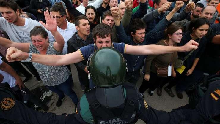 Manifestanţi pro-independenţă şi forţe de ordine, duminică, 1 octombrie 2017, în Catalonia (Foto: Reuters/Albert Gea)