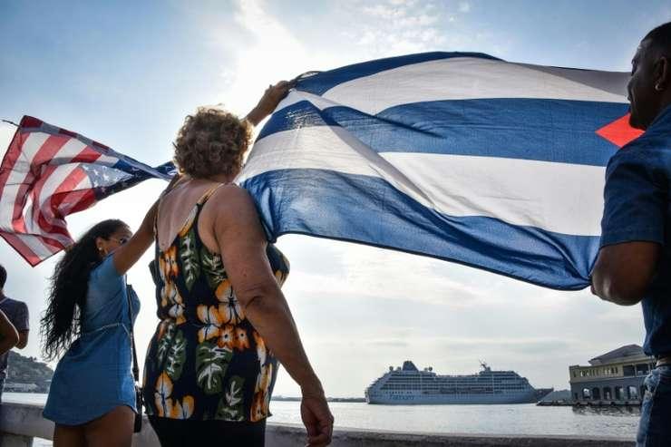 Cubanezi fluturà steaguri americane si cubaneze la sosirea la Havana a primului vas de croazierà american din ultimii 50 de ani