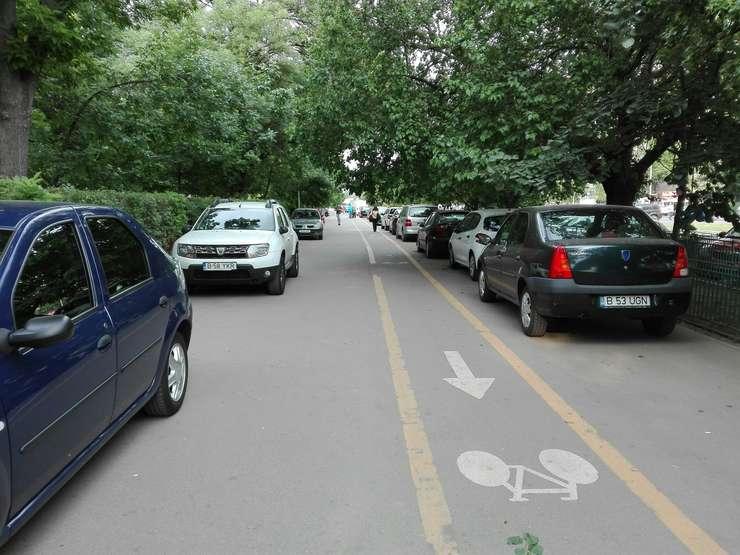 Trotuar cu mașini parcate pe el și o pistă pentru biciclete, desființată de ani buni de Poliția Rutieră (Foto: RFI/Cosmin Ruscior)
