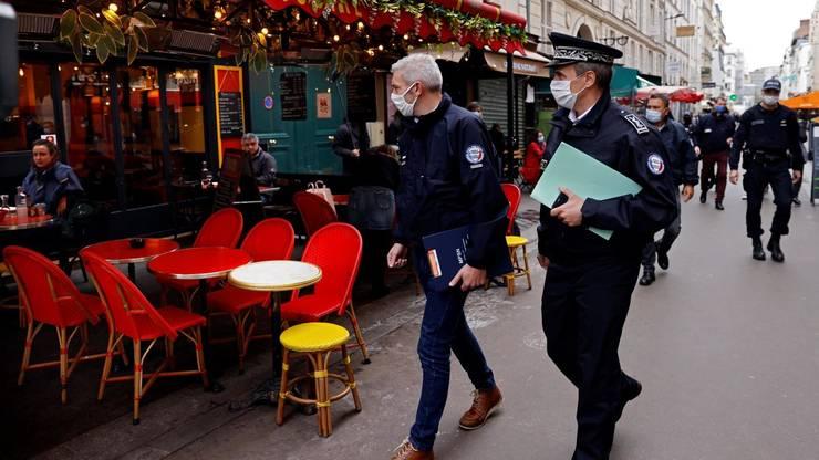 De marti,15 decembrie, francezii nu mai au nevoie de hârtiile derogatorii pentru a se deplasa. Carantina este înlocuita cu restrictii nocturne de circulatie între 20h si 6h dimineata.
