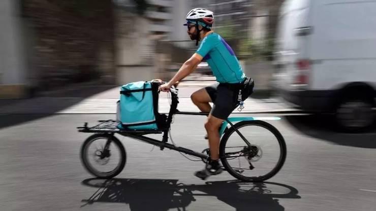 Un livrator al firmei britanice Deliveroo.