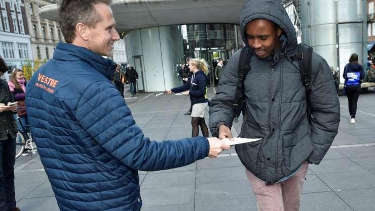 Campanie electorală pentru europene în Danemarca, ministrul finanţelor Kristian Jensen, vice-preşedinte al Partidului liberal, distribuind tracte la Coopenhaga pe 7 mai
