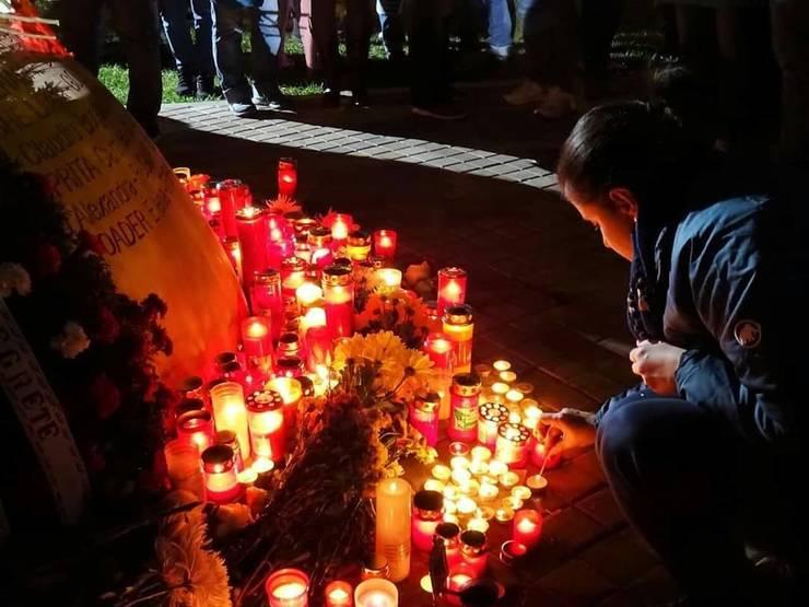 Lumânări aprinse pentru victimele tragediei din clubul Colectiv (Sursa foto: Facebook/Asociația Colectiv)