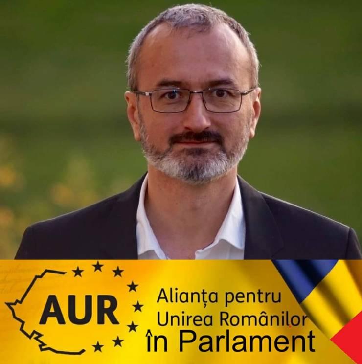 Dragos Marcu, 45 de ani, este avocat si istoric. Stabilit din 2009 în Franta, el a candidat la recentele alegeri generale pe listele AUR pentru Senat.