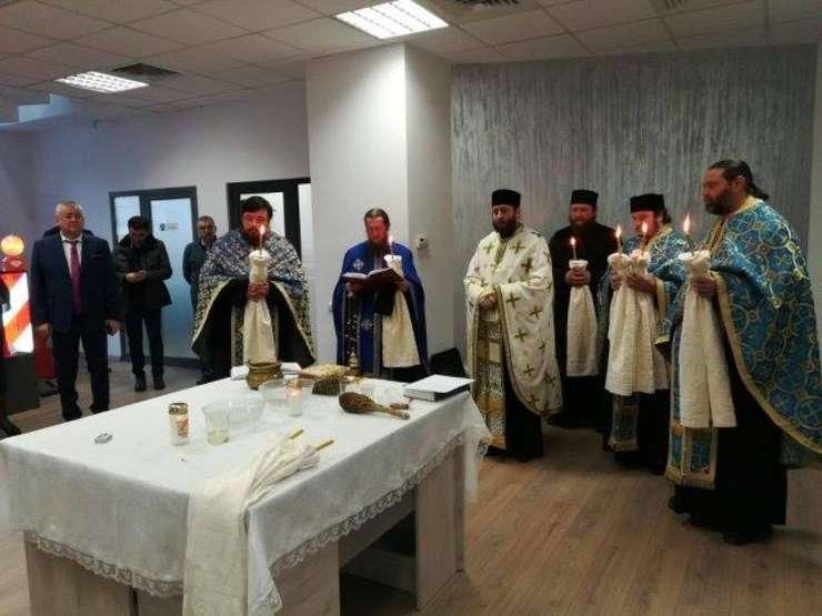 Șase preoți la sfințirea noului sediu al Direcției de Drumuri din Iași, Un sediu care costă bugetul public aproape 200.000 de euro.