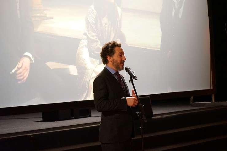 """Actorul si regizorul Guillaume Gallienne vorbind înaintea proiectiei filmului """"Oblomov"""" în Sala bizantinà a resedintei ambasadorului României în Franta"""