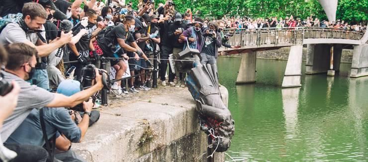 Statuia lui Edward Colston aruncată în râul Avon