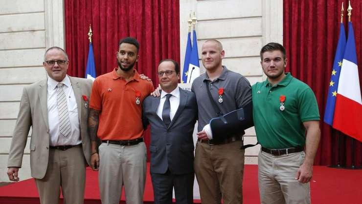 De la stânga la dreapta în jurul presedintelui François Hollande: britanicul Chris Norman, americanii Anthony Sadler, Spencer Stone si Alek Skarlatos, pe 24 august 2015 la Palatul Elysée