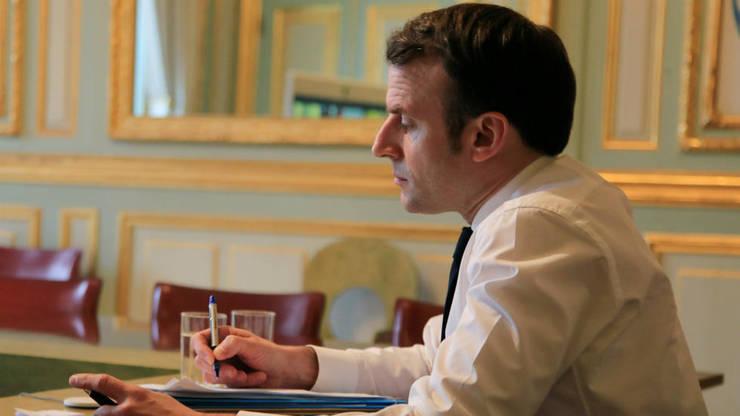 Emmanuel Macron, presedintele Frantei, participà la o videoconferintà la Palatul Elysée, 10 martie 2020