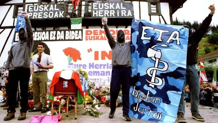 Membri ai miscàrii ETA la funeraliile unuia dintre liderii separatistilor basci, iunie 1998
