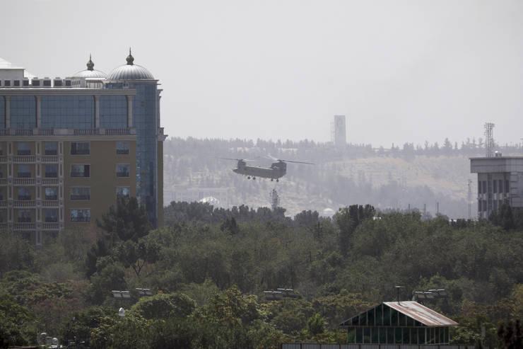 Elicopter american, deasupra ambasadei SUA la Kabul (Sursa: AP Photo/Rahmat Gul)