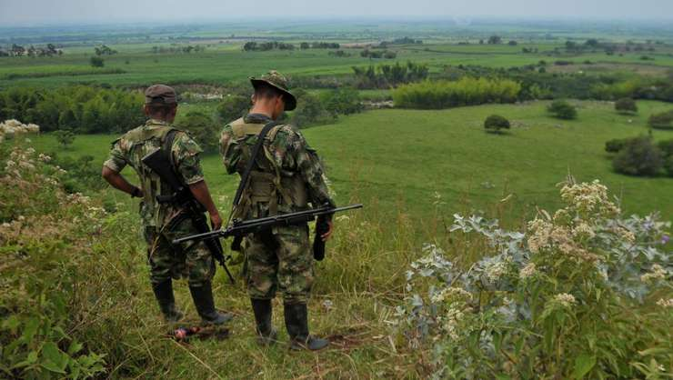 Combatanti FARC patruleazà în muntii din Columbia, 15 februarie 2013