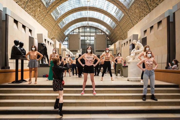 Circa 20 de militante Femen au protestat la Musée d'Orsay contra discriminàrilor sexiste.