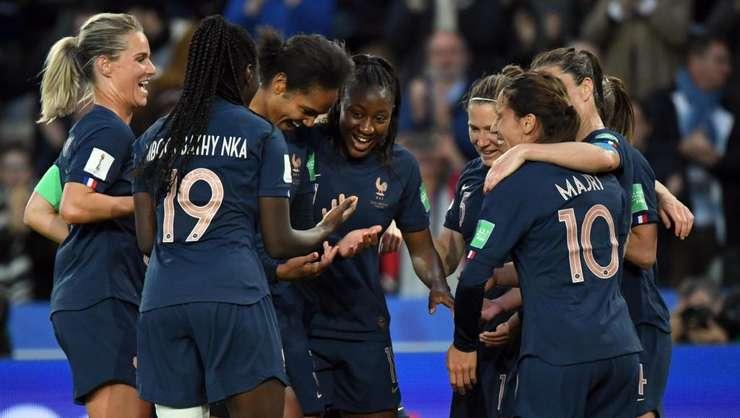 7 iunie, meciul Franţa – Coreea de Sud: 4 – 0, bucurie în sînul echipei franceze.