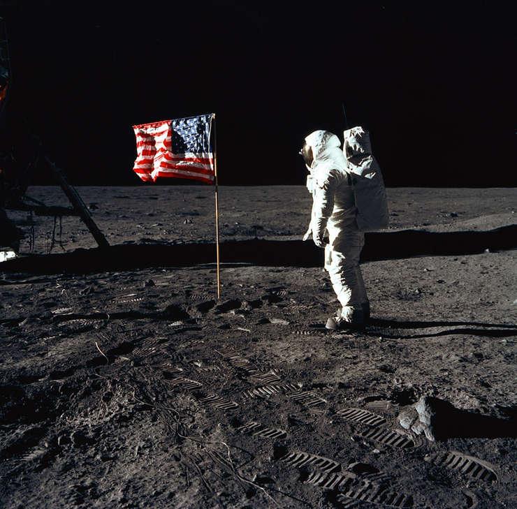 Una dintre cele mai răspândite teorii ale conspiraţiei: chiar a ajuns omul pe Lună?