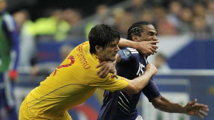 Francezul Florent Malouda, pe 9 octombrie 2010 pe Stade de France, în duel cu Cristian Sàpunaru, fundas în echipa României