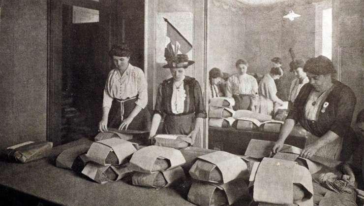 Grup de femei muncind în timpul primului ràzboi mondial