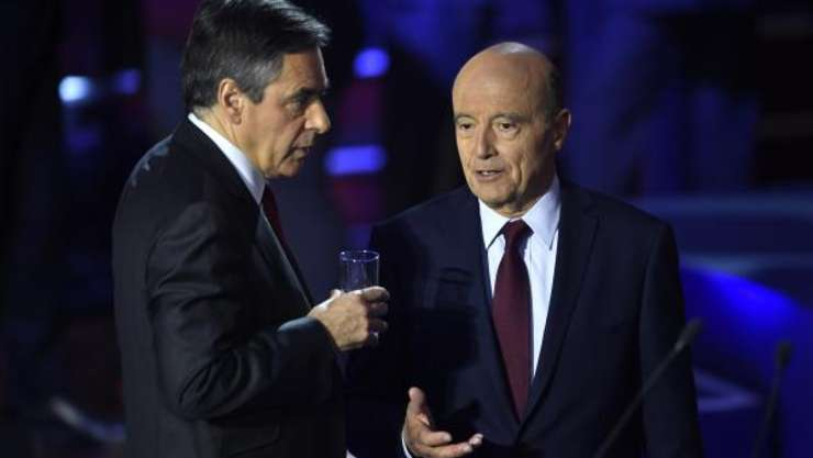 François Fillon (in dreapta imaginii) si Alain Juppé la o dezbatere televizata pe 3 noiembrie 2016