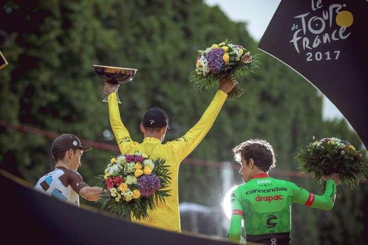 Chris Froome pe podium la Paris cu Rigorberto Uran și Romain Bardet