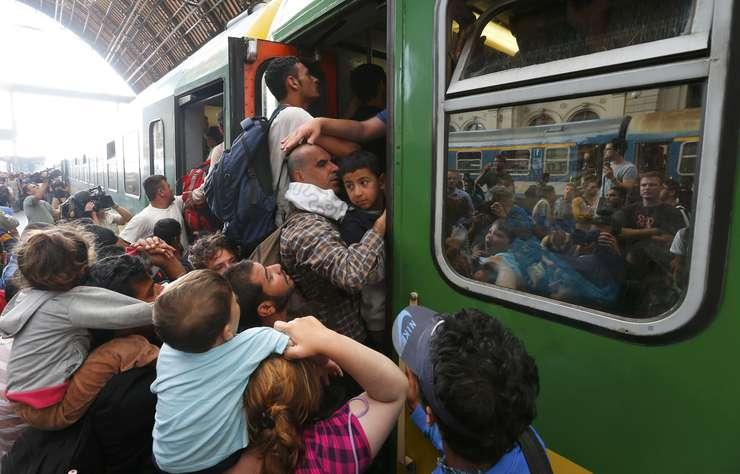 Imigranţii iau cu asalt un tren în gara Keleti din Budapesta (Foto: Reuters/Laszlo Balogh)