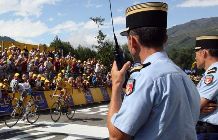 Jandarmi francezi pe linia de sosire a unei etape a Turului ciclist al Frantei