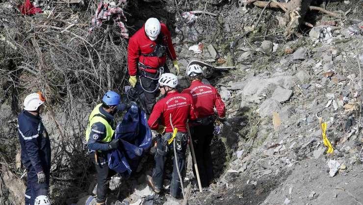 Echipele de ajutoare cautà corpuri umane si bucàti din avionul Germanwings, martie 2015