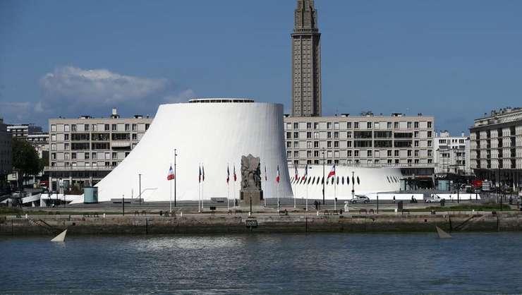 """Le Havre, oraş renăscut din cenuşă după al doilea război mondial cu numeroase reuşite arhitecturale, cum ar fi Teatrul """"Vulcan"""""""