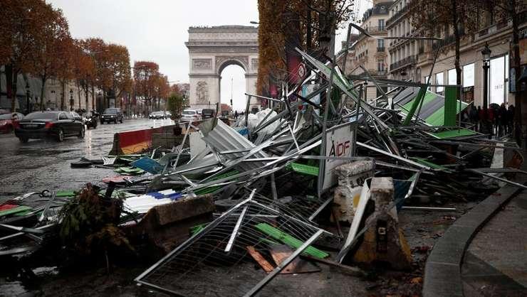 """Avenue des Champs-Elysées, a doua zi dupà violentele care au avut loc în marginea mafestatiei """"vestelor galbene"""""""