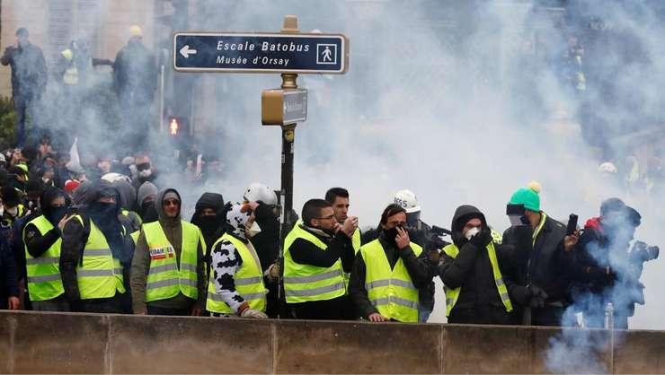 """Grup de protestatari """"veste galbene"""", la Paris pe 5 ianuarie 2018"""