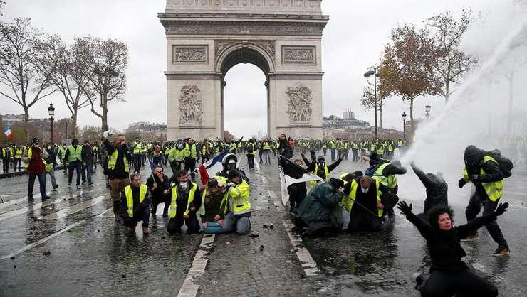 """""""Veste galbene"""" în apropierea Arcului de Triumf, Paris, 1 decembrie 2018"""