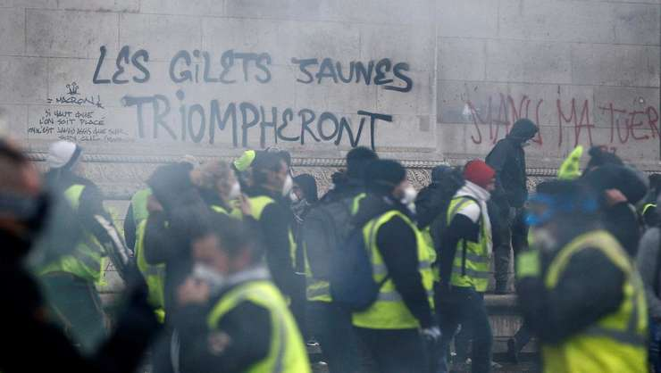 Guvernul de la Paris suspenda pentru 6 luni aplicarea taxei pe motorină