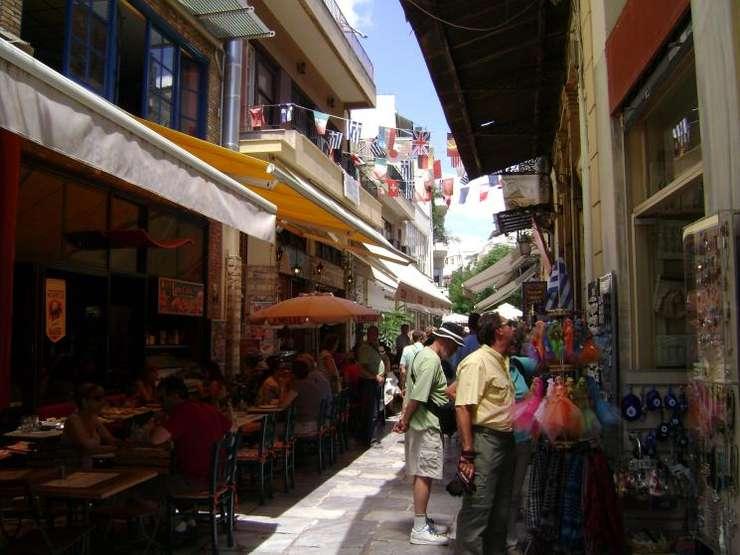 Străduță din Atena, plină de taverne (Foto: RFI/Cosmin Ruscior/arhivă)