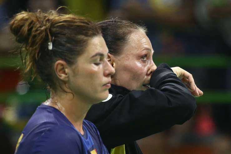 Oana Manea şi Melinda Geiger, în lacrimi, după eliminarea de la Olimpiadă (Foto: Reuters/Damir Sagolj)