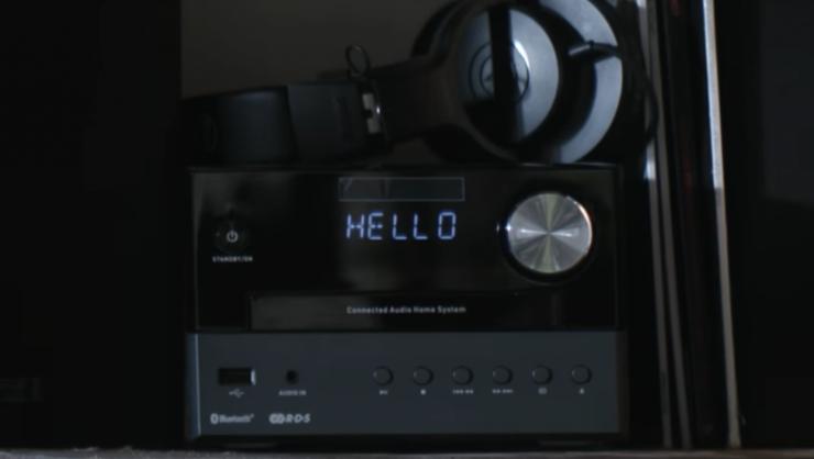 Clipul melodiei «Hello Shadow», compusà cu ajutorul IA