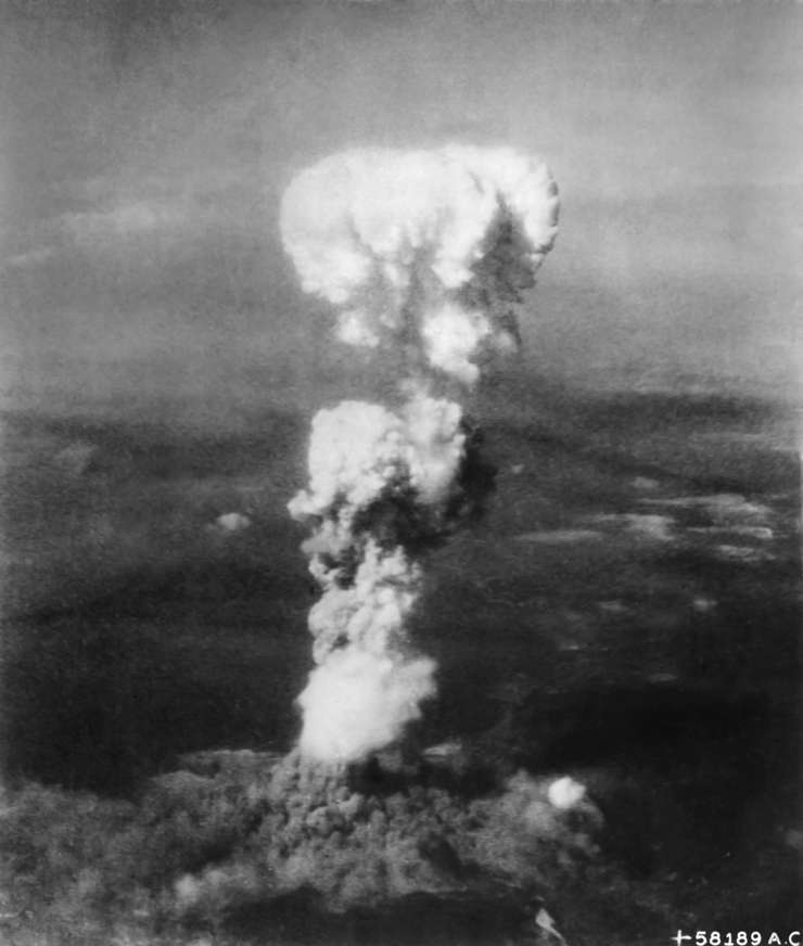 Statele Unite ale Americii au lansat, în 1945, prima bombă atomică, asupra oraşului japonez Hiroshima.