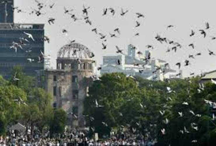 6 august 2015: la ceremonia de comemorare a 70 de ani de la lansarea primei bombe atomice, porumbei albi sunt lansati deasupra memorialului pàcii din Hiroshima