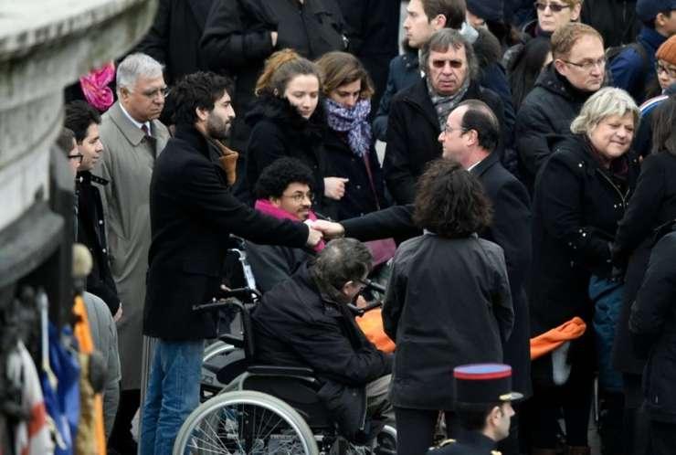 François Hollande, presedintele Frantei, cu victime ale atentatelor de anul trecut la ceremonia din 10 ianuarie 2016