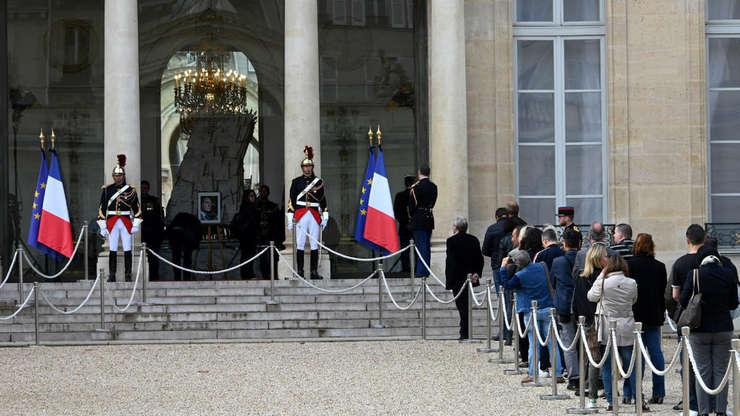 Oameni stau la coadà la Palatul Elysée pentru a semna cartea de onoare deschisà în memoria fostului presedinte Jacques Chirac