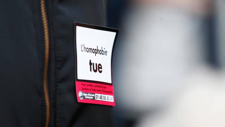 """""""Homofobia ucide"""" scrie în pieptul acestui manifestant care participa, la Rouen, în noiembrie 2018, la o manifestatie contra violentelor anti-LGBT"""
