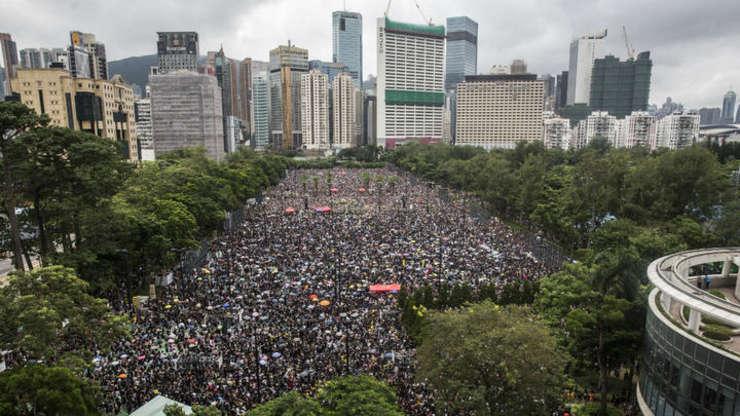 Hong Kong: Protestatari pot fi vazuti în Victoria Park.