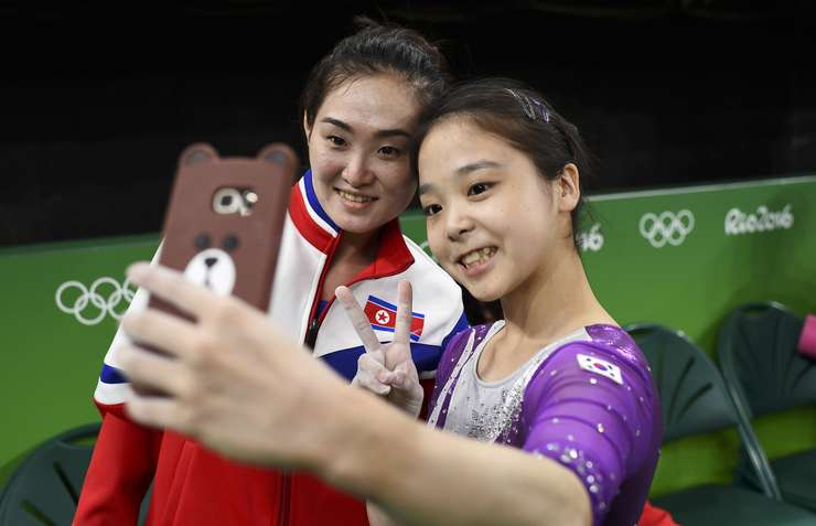 Nord-coreeanca Hong Un Jong (s) şi sud-coreeanca Lee Goim fac un selfie la Rio (Foto: Reuters/Dylan Martinez)