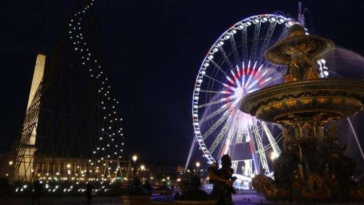 Imensa roata amplasata in Place de la Concorde, Paris