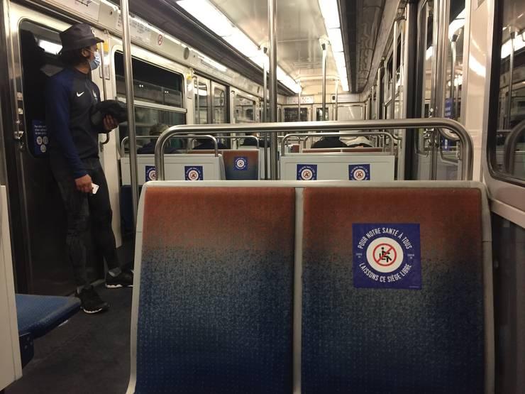 Pasagerii din metroul parizian ar trebui sa lase scaunul de lânga liber pentru a nu contribui la propagarea coronavirusului
